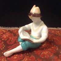 Hollóházi olvasó fiú porcelán
