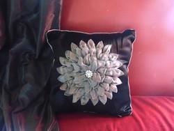 Fekete selyem díszpárna szürke virággal