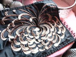 Hímzett gyöngyös selyem futó asztalterítő