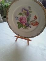 Porcelán virágdíszes tányér kis fa tartóval