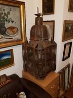 Hatalmas lámpás, 110 cm magas, 10 kiló körül van. Rézlábakkal, rézbojtokkal, díszüveggel, antik!!!