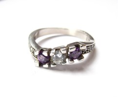 Hullámos, köves ezüst gyűrű.