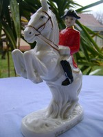 Osztrák katona ágaskodó lovával