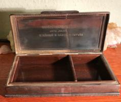 Ezüst cigaretta kínáló doboz