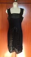 Különlegesen díszített fekete selyem koktél ruha 40-es méret.