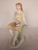 Zsolnay porcelán lány könyvvel