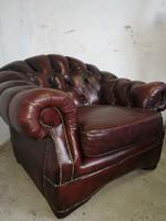 Chesterfield antik burgundi színű bőr fotel.