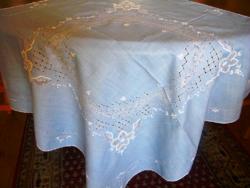 83 x 80 cm asztalközép,azsúrozott, hímzett, világoskék V