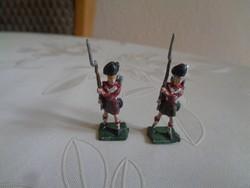 Két kézi festésű skót ólomkatona