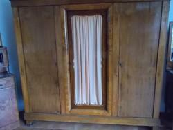 Régi biedermeier stílusú 3 ajtós szekrény fából , középen üveges ajtóval