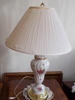 Magas,hibátlan , festett porcelán asztali lámpa, fehér búrával,arany színű betétekkel