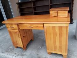 Eladó egy fenyő rátétes íróasztal. Bútor jó állapotú, erős és stabil, teteje karc mentes.