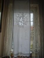 Hófehér pamutvászon, hímzett 153 x 46 cm-es függöny.