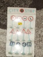 Régi trafikáru bazáráru retro bontatlan csomag városi közlekedő jelzőtáblák