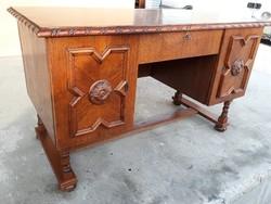 Eladó egy koloniál íróasztal. Bútor jó állapotú, erős és stabil, teteje karc mentes.