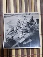 Ww2 2Vh Vidám étkezés, Szép ritka kép! Katona szakáccsal! 6x5,5 cm