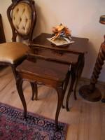 Asztal garnitúra 3 db. egymásba tolható kisasztal kis asztal lámpa asztal magasfényű