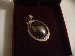 Ezüst medál sötétkék színű eozinos kővel