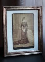 Antik fotó divat témájú női nagy méretű műtermi hozzá illő képkerettel