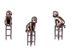 Székre mászó kisfiú - bronz szobor