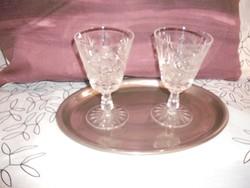 Két boros kristálypohár  tálcán