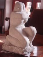 Szervátiusz Jenő kőszobor, Guggoló Nő