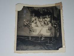 Vonatszerelvény katonákkal, feldíszítve virágokkal 6x6 cm