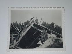 Felrobbantat híd katonákkal 6x4,5 cm