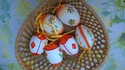 Húsvéti kifújt tojás kézzel festve