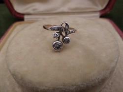 Szecessziós bimbós-leveles arany gyűrű brillekkel