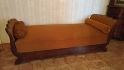 régi ágyneműtartós hattyúágy hengerpárnával
