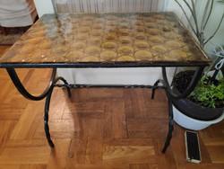 Korabeli kovácsoltvas asztalka