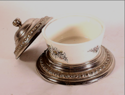 Porcelán cukortartó ezüstözött tetővel és talpon