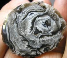 Természetes achát geóda kvarc kristályokkal 17,24 gramm.