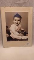 Gyermek labdával műtermi fotó Tarján