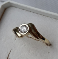 Nagyon mutatós fehér köves gyűrű - jelölve .333 arany