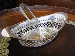 Különleges, ezüstözött, áttört falú kockacukor kínáló edény, hozzá illő, ezüstözött cukorcsipesszel