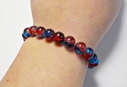 Piros, kék roppantott üveg gyöngyös  gumis karkötő