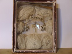 Antik esküvői emlékdoboz:menyasszonyi koszorú,fejdísz,tiara-néprajzi ritkaság az 1920-30-as évekből