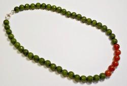 Fazettált zöld jáde és karneol gyöngyös ezüst kapcsos nyaklánc