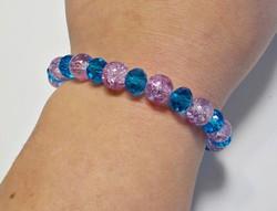 Roppantott és fazettált kék, lila üveg gyöngyös gumis karkötő