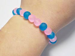 Matt rózsaszín és kék üveg gyöngyös gumis karkötő
