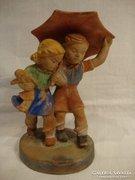 Gondos kerámia lány és fiú esernyővel kerámia szobor