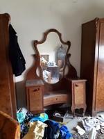 Antik, 1920-as évekbeli, középosztályú, 2 db ruhásszekrény, 1 db tükrös fésülködő asztal