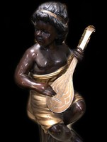 Mandolinozó alak Festett bronz szobor