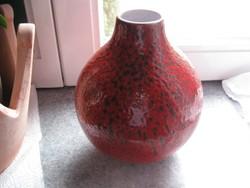 Porcelán váza hatalmas piros gömb