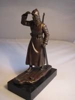 Téli vörös katona bronz szobor