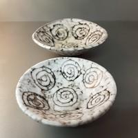 Sötétbarna, szürke, csigamintás, iparművészeti Tófej mázas kerámia tányér 2 db (627)