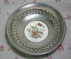 Áttört oldalú fém porcelán betét talpú,gyümölcsös kínáló tál.