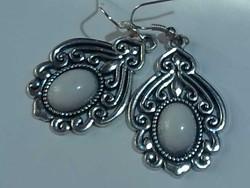 Szép ornamentikájú ezüst színű fülbevaló halvány kék kővel